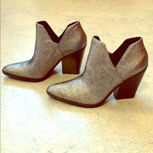 Naturalizer pebbled silver leather booties